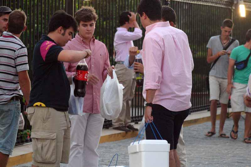 Las bebidas en envase de plástico deben ir sin tapones.