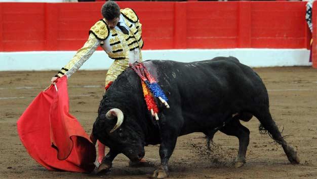 Excelente muletazo del sevillano Daniel Luque esta tarde en Santander. (FOTO: mundotoro.com)