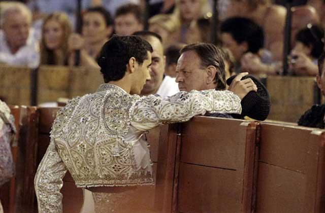 Héctor Roberto, de la Escuela de Écija, brinda a su profesor, el sevillano Pepe Luis Vargas, una faena en la Maestranza el pasado jueves. (FOTO: lamaestranza.es)