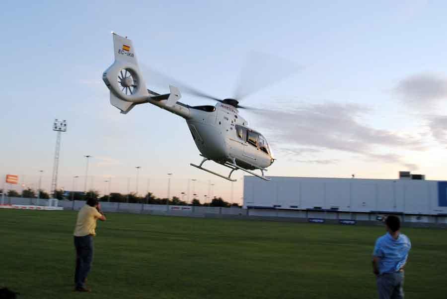 El helicópero despega transportando al torero sevillano y parte de su cuadrilla. (FOTOS: Toromedia)