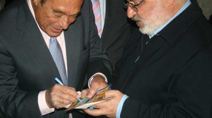 Curro firma un autógrafo sobre una entrada de una tarde histórica suya. (FOTO: Javier Martínez)