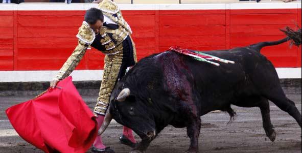 El Cid, en un derechazo esta tarde en Bilbao. (FOTO: mundotoro.com)