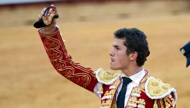 Daniel Luque, con la oreja cortada al tercero esta tarde en Huelva. (FOTO: Paco Díaz/toroimagen.com)