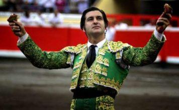 Morante con las dos orejas tras su memorable faena en Bilbao. (FOTO: mundotoro.com)