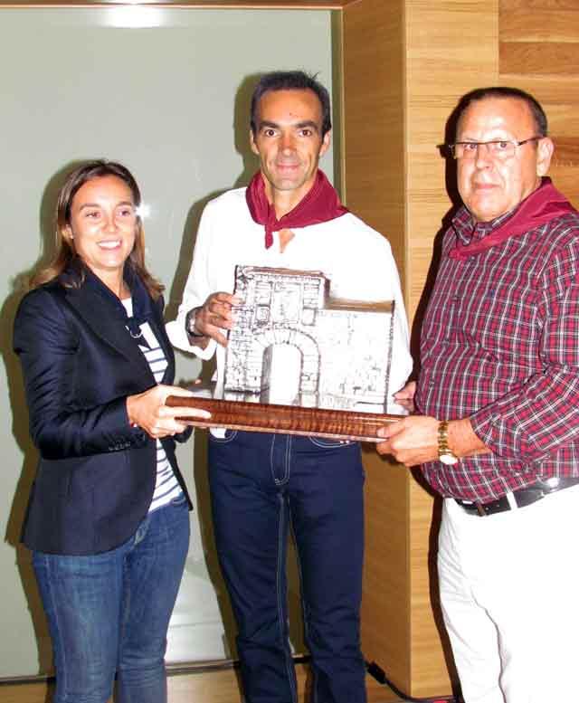 La alcaldesa de Logroño y el presidente del Club Taurino Logroñés entregan el trofeo a El Cid. (FOTO: Javier García/Toromedia)