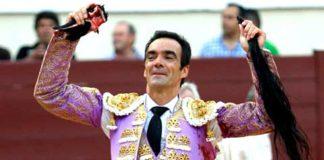 El Cid, con los trofeos simbólicos del cuarto toro, al que ha indultado. (FOTO; Guillermo Lorente/mundotoro.com)