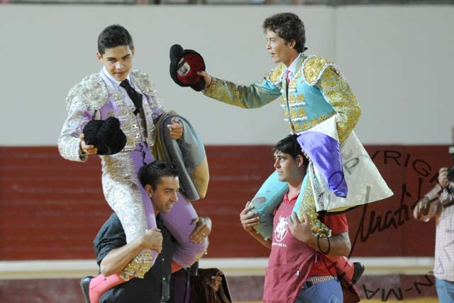 Eloy Hilario y Alejandro Jiménez, a hombros al finalizar el festejo. (FOTO: López-Matito)