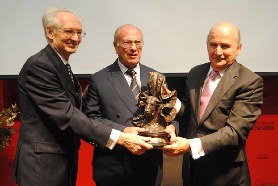 El ganadero Joaquín Núñez del Cuvillo -en el centro- recoge el trofeo 'Ganadería estrella' 2011.
