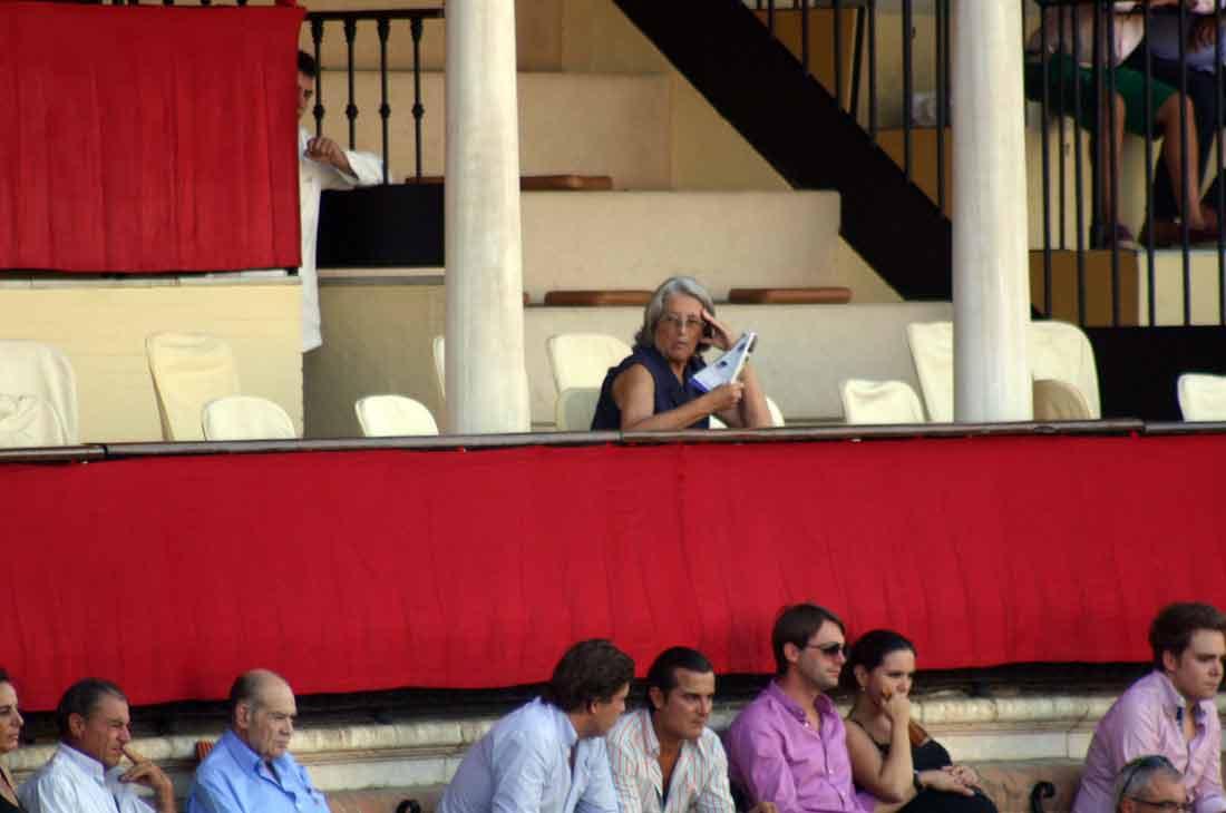 No nos cansaremos de pedir un monumento para la mujer de Marqués de Albaserrada: fija cada tarde en el palco de maestrantes; eso es afición.