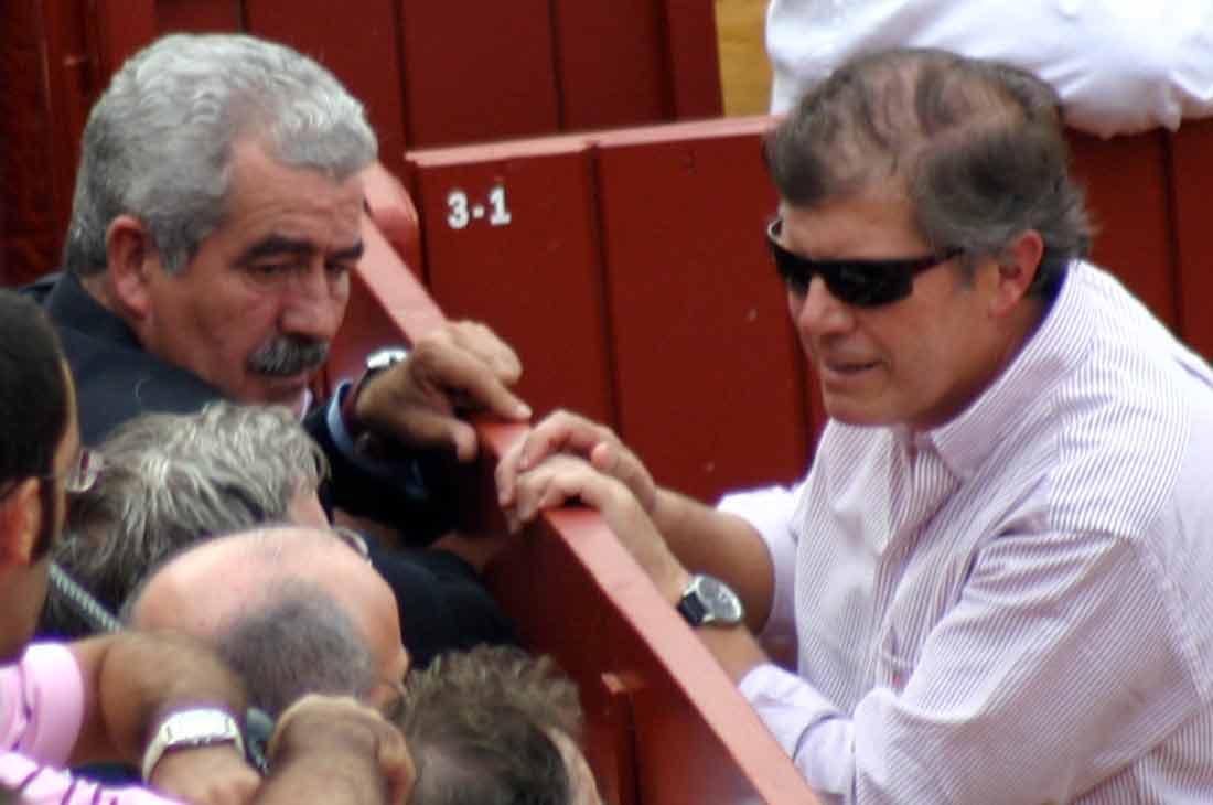 El director general de Espectáculos de la Junta, Luis Partida, y su Jefe del Servicio en Sevilla, José Antonio Delgado, en el famoso burladero de la Junta. (FOTO: Javier Martínez)