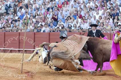 Espectacular derribo del picador José Doblado. (FOTO: López-Matito)