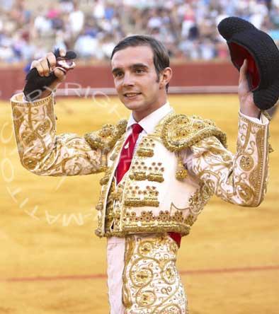 Emilio Huertas con la oreja del tercero. (FOTO: López-Matito)