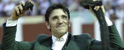 Diego Ventura, con el rabo ganado hoy en Valladolid. (FOTO: mundotoro.com)