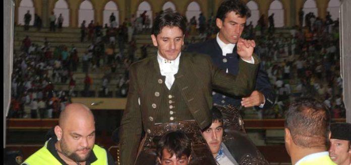 Diego Ventura en su salida a hombros esta tarde en Aranda de Duero. (FOTO: mundotoro.com)