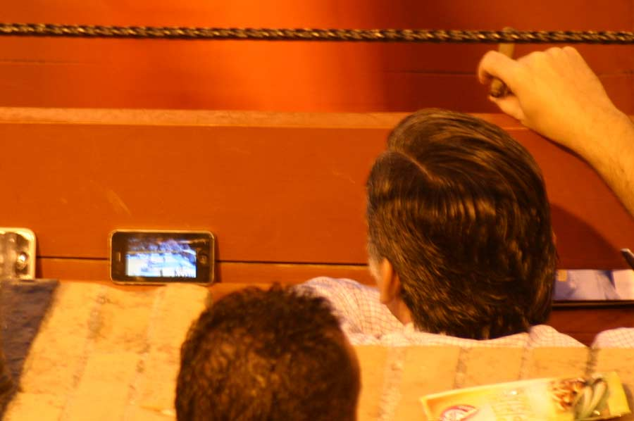 En el burladero de veterinarios parecían más interesados en la final de baloncesto. (FOTO: Javier Martínez)