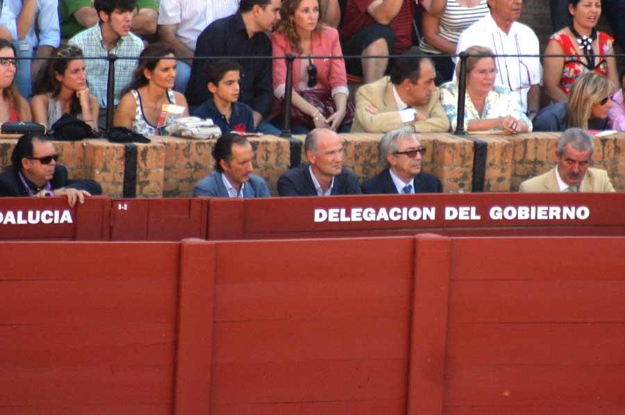 A falta de confirmación oficial de la Junta para conocer el cargo institucional y funcionalidad del desconocido 'Wally' (extremo izquierdo), quizás en vez de familiar de la delegada Carmen Tovar lo sea del director general de la Junta, Luis Partida (extremo derecho). (FOTO Javier Martínez)