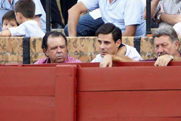 Nuestro '¿Dónde está Wally?' (izqda.) ha reaparecido en el burladero de la Junta... ¿Será finalmente familia de la delegada Carmen Tovar?