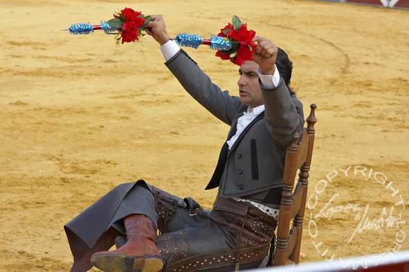 Morante cita al toro con banderillas cortas para quebrar desde una silla. (FOTO: López-Matito)