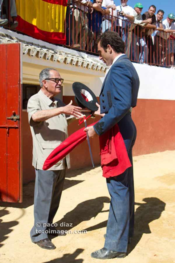 Salvador Cortés presenta sus respetos al taurino sevillano.