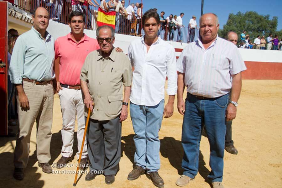 Ganaderos junto al veterano Manolo Márquez.