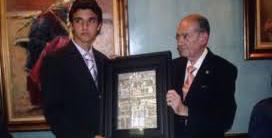 Juan Carlos Torres entrega el trofeo de la Tertulia 'Los 13' al entonces novillero Miguel Ángel Delgado. (FOTO: Javier Martínez)