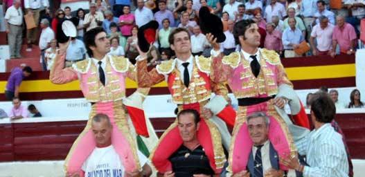 Morante, a hombros en Zafra con Juli y Perera. (FOTO: Gallardo/badajoztaurina.com)