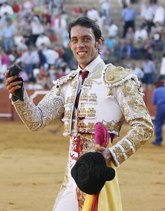 Antonio Nazaré pasea la oreja del tercero. (FOTO: Arjona/lamaestranza.es)
