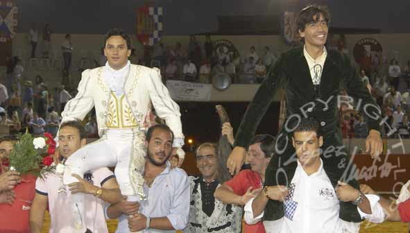 Oliva Soto, a hombros junto a Curro Díaz esta tarde en Palos. (FOTO: López-Matito)