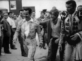 Diego Puerta, rodeado de sus muchos seguidores tras una corrida de toros.