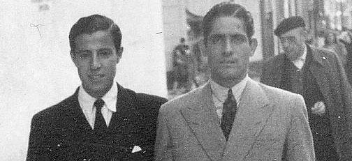 Almensilla, a la derecha, en imagen de época junto a un jovencísimo Manolo Vázquez. (FOTO: ABC de Sevilla)