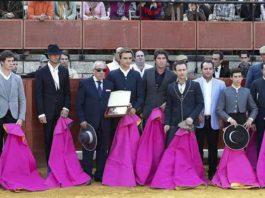 Toreros y banderilleros entregan a Pepe Padilla -padre de Juan José- una placa de apoyo y solidaridad. (FOTO: López-Matito)