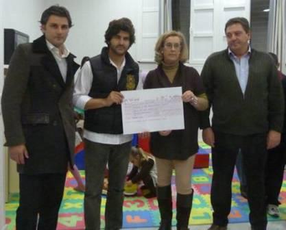 Morante entrega el cheque con los beneficios del festival.