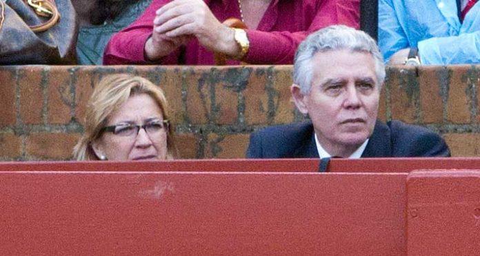 El consejero Francisco Menacho, junto a su delegada en Sevilla, Carmen Tovar, en un burladero de la Maestranza. (FOTO: Sevilla Taurina)