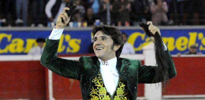 Diego Ventura. con el rabo ganado hoy. (FOTO: Rodrigo Ascensio)