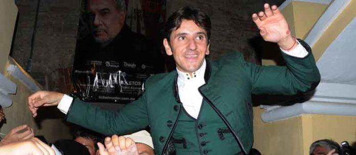 Diego Ventura, a hombros en Tlaxcala. (FOTO: Rodrigo Asencio/Toromedia)