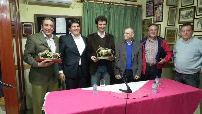 Luis Vilches, en el centro, durante la entrega de premios. (FOTO: Gilberto / Ambitotoros)