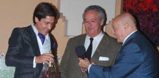 Antonio Barrera recoge su trofeo en Málaga. (FOTO: aplausos.es)