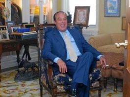 Curro Romero, en la sala de su casa sevillana donde guarda sus recuerdos taurinos. (FOTO: Cipriano Pastrano/La Razón)