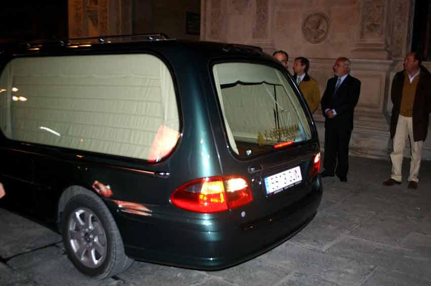 A las seis y media llegaba el coche fúnebre con los restos mortales de Diego Puerta.