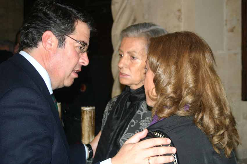 El concejal de Economía, Empleo, Turismo y Fiestas, Gregorio Serrano, junto a la viuda.
