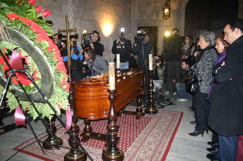 Numerosos medios aguardaban la apertura de la capilla ardiente.