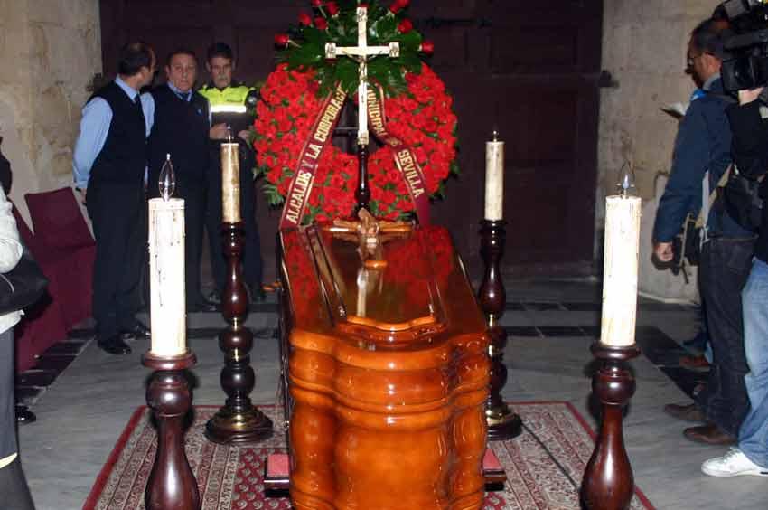 Una corona del Ayuntamiento presidía la capilla ardiente.