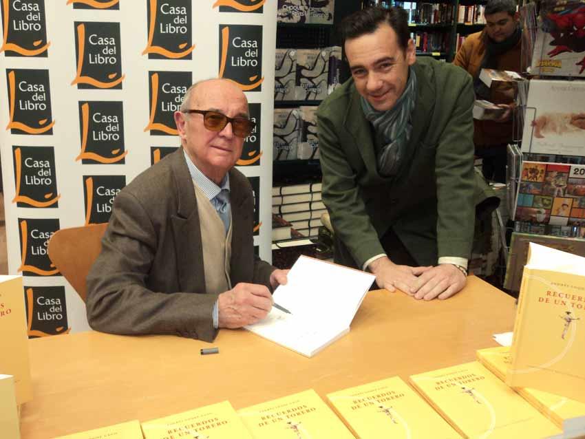 Andrés Luque Gago plasma una cariñosa dedicatoria de su libro a Francisco Mateos, de SEVILLA TAURINA.