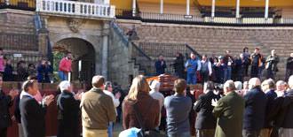 Toreros y aficionados aplauden el féretro de Diego Puerta al atravesar la Puerta del Príncipe por última vez. (FOTO: mundotoro.com)