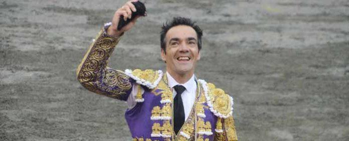 El Cid. con una de las orejas ganadas en Manizales. (FOTO: Alberto Lopera/mundotoro.com)