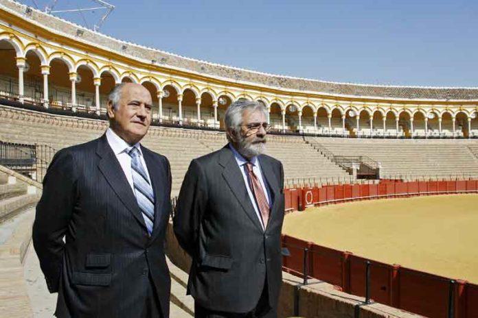 Ramón Valencia y Eduardo Canorea observan el 'cemento' de la plaza. (FOTO: Arjona/Toromedia)
