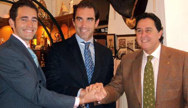Salvador Cortés, rodeado de su hermano Luis Mariscal y Tomás Campuzano, al formalizar el año pasado la relación de apoderamiento.