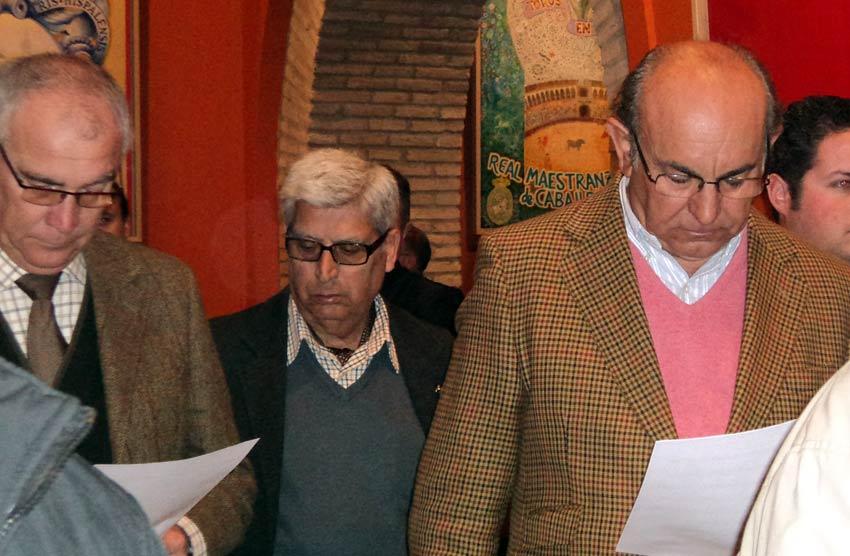 Manuel Luque, Curro Puya y Manuel Tornay repasan los carteles. (FOTO: J. Martínez)