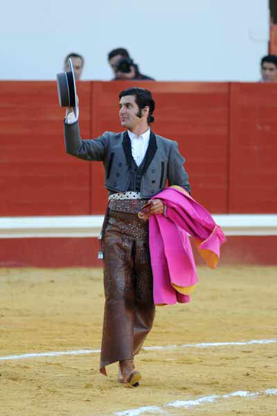 Morante de la Puebla saluda tras cortar la única oreja del festejo. (FOTO: López-Matito)