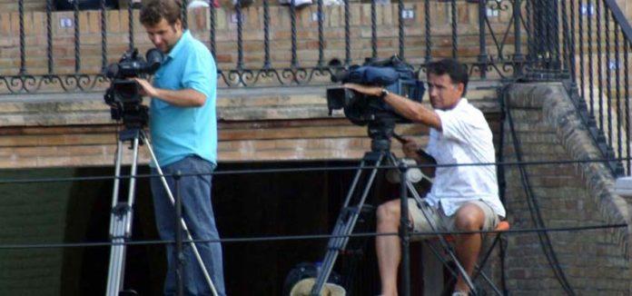 Cámaras de televisión y figuras en Sevilla, compatibles. (FOTO: Javier Martínez)